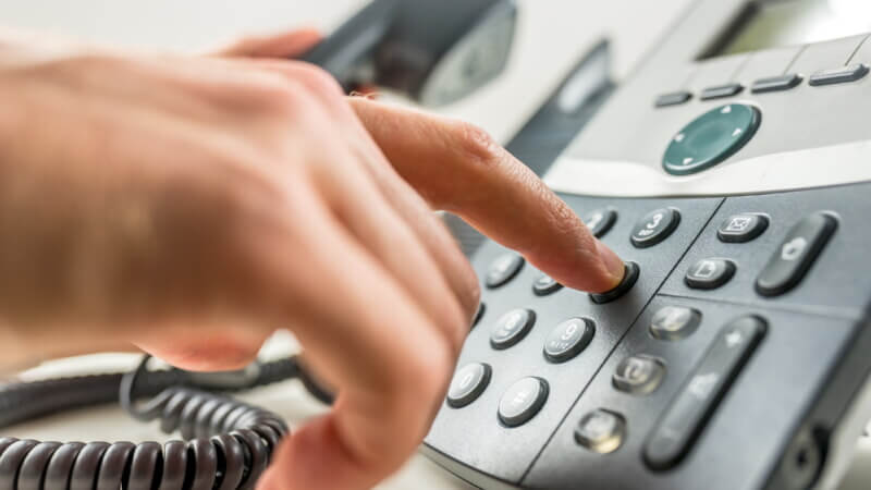 Звонит по телефону