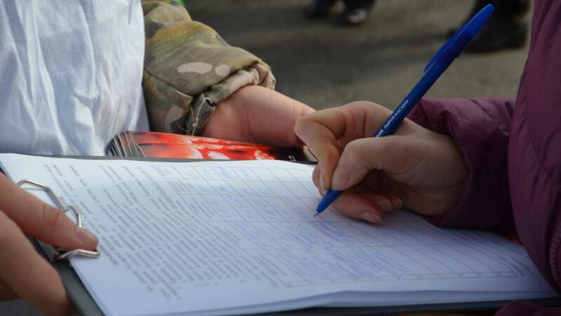 женщина собирает подписи
