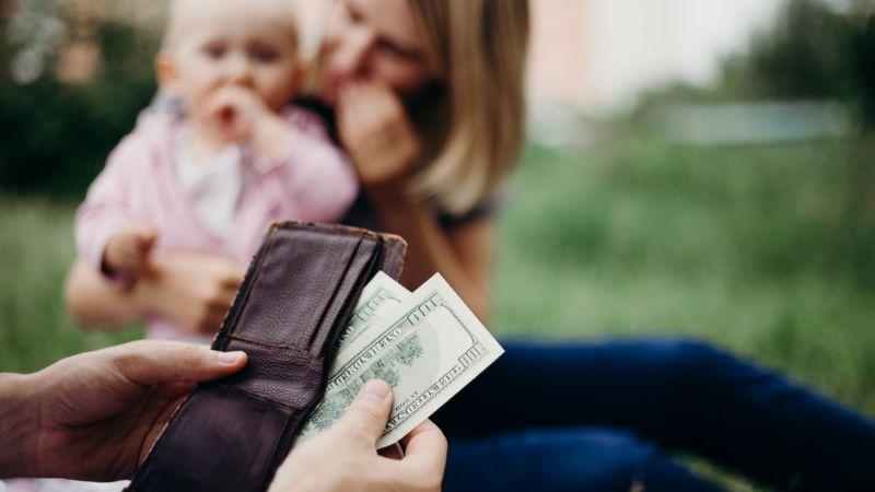 Алименты на детей и их мать: условия выплаты